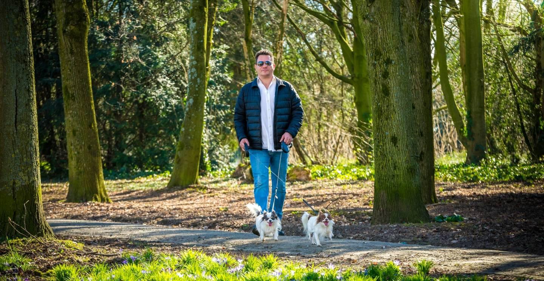 Roy erkens wandelt met twee honden in het bos